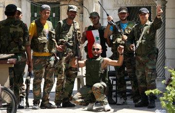 叙政府军击败反对派后在首都街头摆POSE