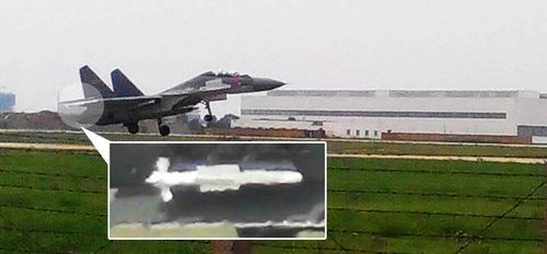 歼-16战斗机原型机正在起飞,其翼尖挂架上携带了一枚白色的a href=