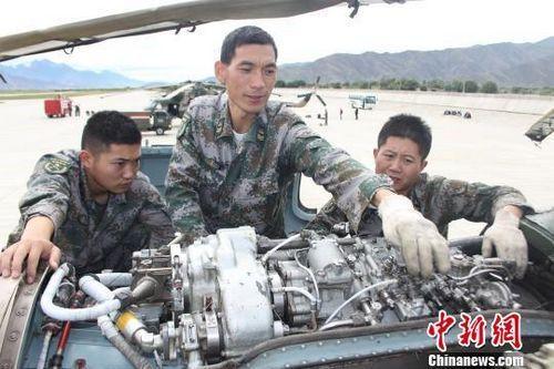 陆军第13集团军某陆航旅一级军士长芮银超为战鹰保驾护航。(中国新闻网)