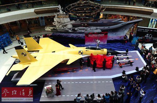"""2013年4月29日,中国首艘航母舰载机""""歼-15""""1:1模型在合肥亮相。新华社发(虞俊杰 摄)"""