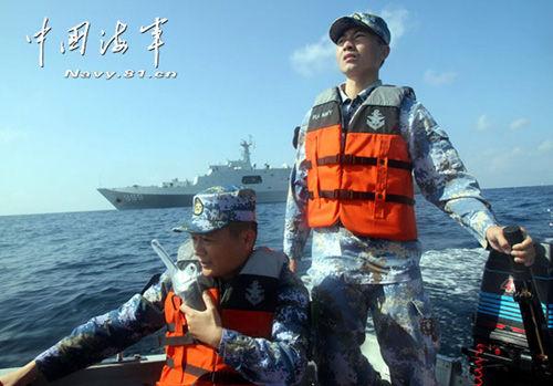 资料图:3月13日,中国海军搜救马航失联航班的行动仍在紧张进行中。