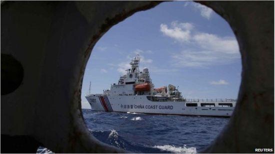 资料图:菲律宾方面拍摄的我国海警船正在阻止菲方的侵占行动