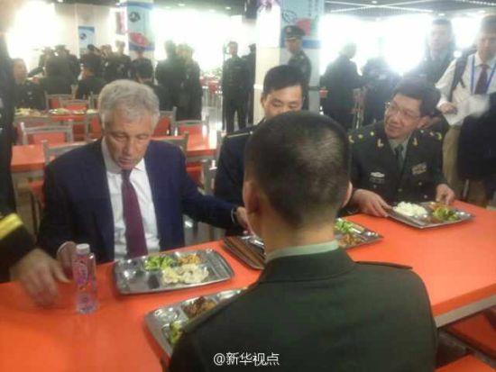 哈格尔与士官学校学员进餐