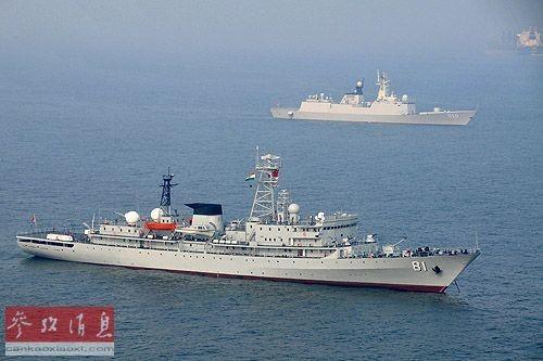 """资料图:""""郑和""""号(近)和""""潍坊""""号5月17日抵达维沙卡帕特南港"""