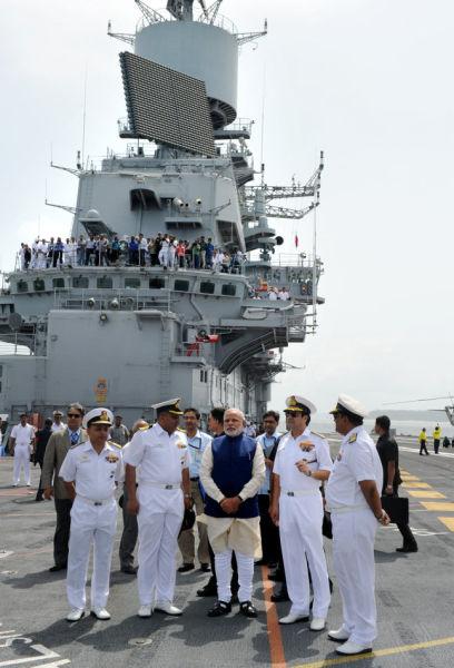 """资料图:6月14日,印度新任总理莫迪一行视察了海军""""维克拉姆帝亚""""号航空母舰。"""