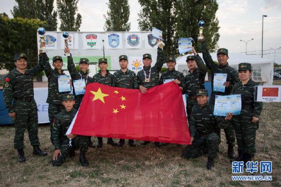 6月17日,中国武警猎鹰突击队的狙击手在颁奖仪式后合影。新华社发 弗尔季・奥蒂洛 摄