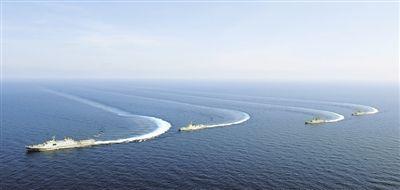 海军舰艇编队进行战备巡逻远海训练。(解放军报)