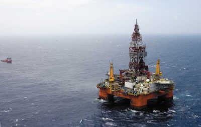 """""""海洋石油981""""是中国首座自主设计、建造的第六代深水半潜式钻井平台,也是真正实际部署在所谓的争议海域的钻井平台。截至6月底,越南方面冲撞中国公务船已经多达1700多次。"""