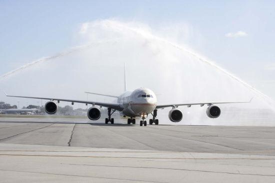 阿提哈德航空EY486航班飞抵珀斯国际机场并举行过水门仪式。