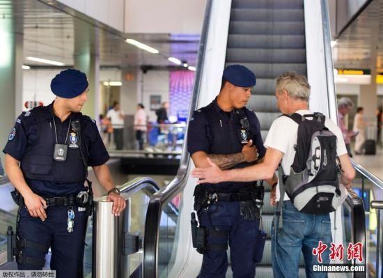 当地时间7月17日,荷兰首相马克?吕特在获悉马航MH17坠毁的消息后,已经紧急赶回荷兰。