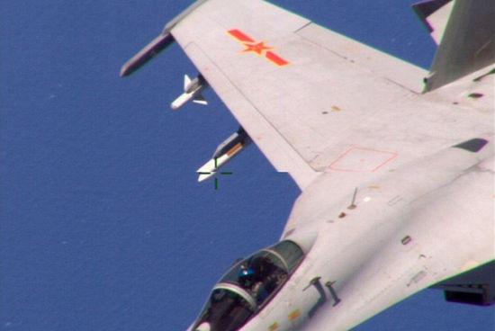 中国歼11战机拦截美军机