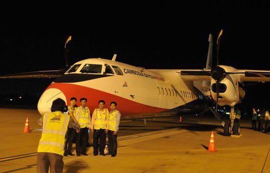 柬埔寨巴戎航空公司首架全新新舟60飞机于15日晚平稳降落在柬埔寨首都金边国际机场。