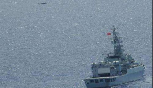 资料图:日本自卫队拍摄的中国海军舰队通过冲绳近海时舰艇上空的无人机