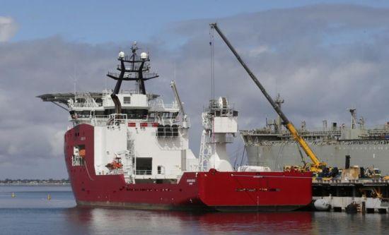 资料图:美军准备将AUV装上澳大利救援船上