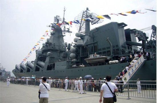 """资料图:作为俄军太平洋舰队的旗舰,""""瓦良格""""号巡洋舰外形高大威武"""