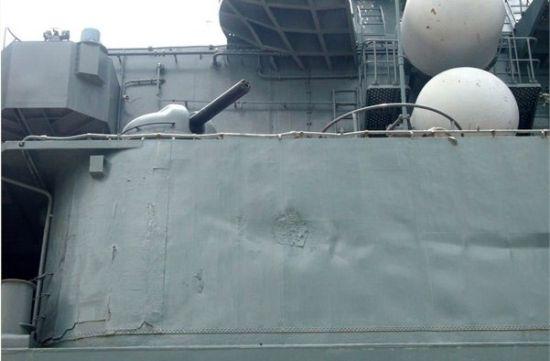 """资料图:""""瓦良格""""舷侧满目疮痍的甲板室,不仅因为海浪排挤凹凸不平,还因为除锈不彻底使表面斑驳不堪"""