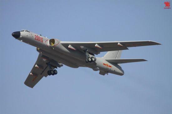 """资料图:随着中国轰-6型轰炸机的最新改进型号轰-6K型加入解放军部队并开始批量列装,该新型轰炸机的曝光度也不断提升。近日,网络上又出现了数张轰-6K型轰炸机的飞行猛图,轰-6K轰炸机在一展磅礴气势,不负""""战神""""美誉。"""