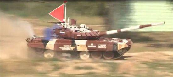俄羅斯T-72B3M坦克滿場飛奔,該坦克動力與T-90A相同,但車體重量則與T-72B一樣,功率/重量比高得驚人