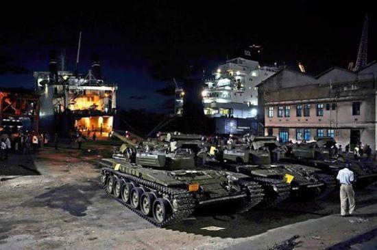 资料图:乌克兰向南苏丹提供的10辆T-72AV坦克,在灯光照耀下闪闪发光,等着与中国表弟来一场堂堂正正的决斗――双方为此已等了20年