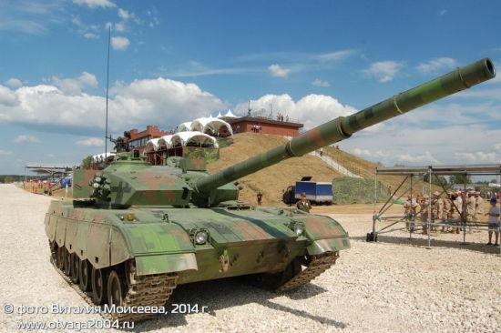 资料图:即便是使用下反瞄准具的96式坦克也有一定的行进间射击能力。
