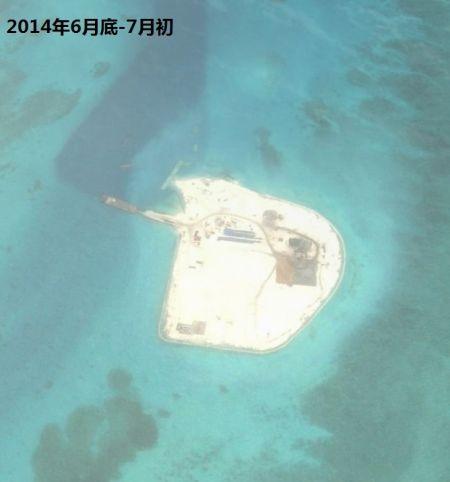 资料图:2014年2月工程开始,到3月基本完成填沙作业。从最新的照片看,现在赤瓜礁已经完成了新补给码头,填海区域正在修筑道路和各种设施。