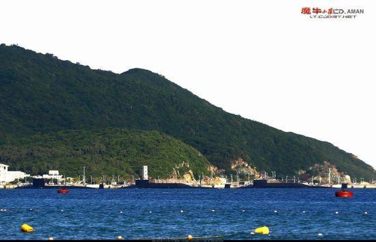 资料图:近日,网友在我国海南某军港附近拍摄到,该港内停放了多艘中国海军舰艇,其中包括数艘罕见的核潜艇,从外形上看应为1艘093型和2艘094型。