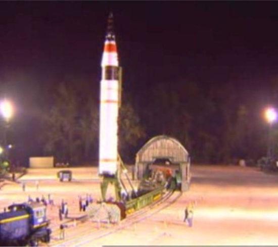 资料图:印度成功从奥迪沙邦海岸惠勒斯岛发射了烈火5型远程导弹