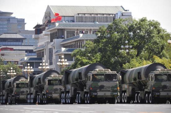 资料图:2009年国庆阅兵式核导弹方队行进
