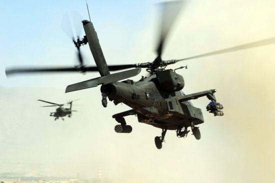 """资料图:美国陆军""""阿帕奇""""武装直升机在伊作战"""
