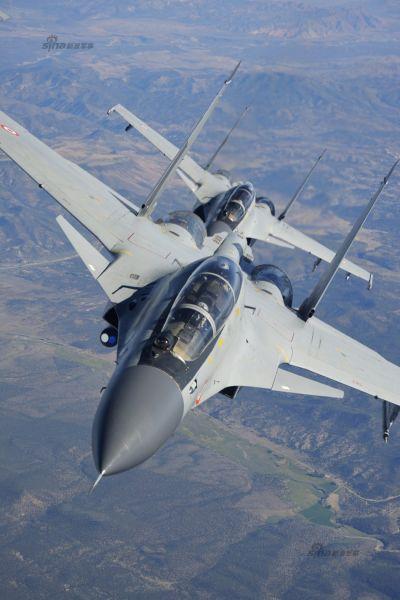 """资料图:世界著名的军火商都对印度非常""""钟爱""""。无论什么先进武器,只要不是战略性的,哪怕是验证机,只要印度有需求,那就会坚决的卖!这样的优惠条件,让印度军队具备了""""强大战斗力""""。图为印度空军展示其苏-30MKI战机空中超美照,该组图集有明显的炫耀武力倾向!"""