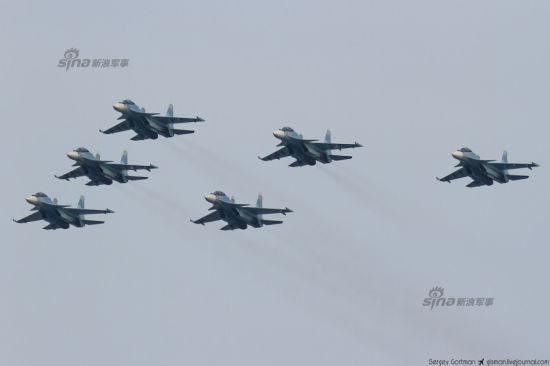 """资料图:俄罗斯军方日前组织了一个全新的飞行表演队――俄罗斯猎隼。这支表演队全部使用最新的苏-30SM双座型战斗机。图为10月25日,俄罗斯中部地区克拉斯诺亚尔斯克,""""猎隼""""SU-30SM四机编队表演。"""