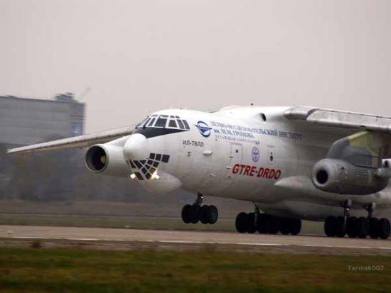 """资料图:伊尔76运输机挂""""卡佛里""""发动机进行试验"""