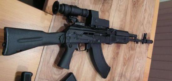 资料图:枪炮世界网站公布的改进型AK-103突击步枪,除了材料与工艺与AK47并无区别,其上机匣采用SKS和SVD类似的方式固定,直接加装皮卡汀尼导轨,当然AK-103-4还采用了可伸缩的折叠枪托