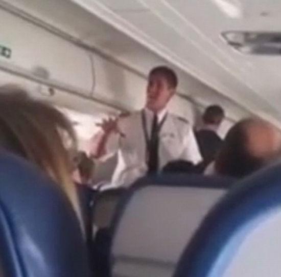机长硬着头皮告知乘客此尴尬情况