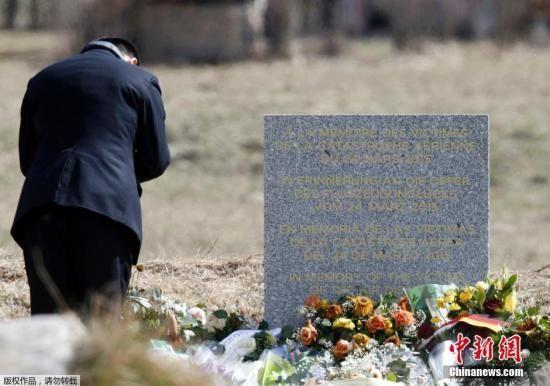当地时间2015年3月28日,法国勒韦尔内,法国救援人员悼念德国之翼空难遇难者