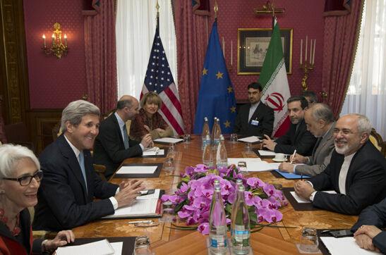 材料图:瑞士洛桑,伊朗外长扎里夫(右一)和美国国务卿克里(左二)举办会谈