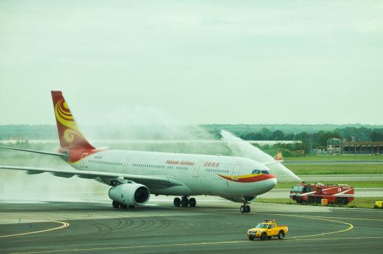 飞机抵达意大利首都罗马列奥纳多•达芬奇国际机场,缓缓穿过水门