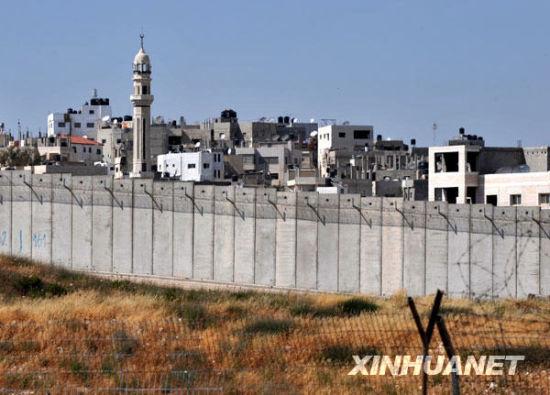 约旦河西岸城镇拉姆安拉城外的隔离墙