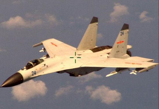 美军发言人称,中国战机周二在对美国P8侦察机进行拦截的过程中,两机最近时相距仅6米。从美方人员拍摄的画面显示中方出动的战机为国产歼11战机,该机机翼外侧挂携带2枚PL-8红外格斗导弹,内侧挂2枚PL-12中程对空导弹。