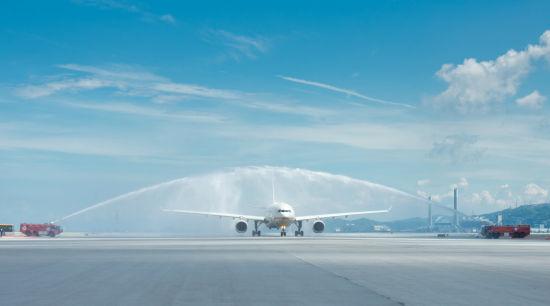 阿提哈德航空香港每日航线的首班航班在飞抵香港国际机场时接受了传统的过水门欢迎仪式