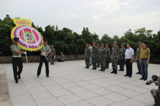 南京军区副参谋长马成效一行祭扫登步岛革命先烈