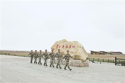 图为驻岛官兵正在执勤巡逻。
