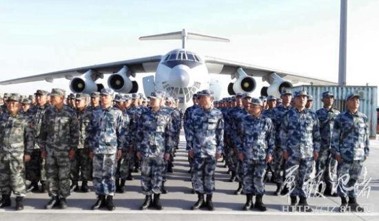 22日上午,我军参赛代表团在机场调集(束缚军报记者 梁蓬飞摄)