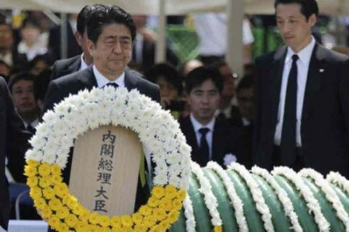 日本辅弼安倍晋三在长崎加入留念活动。