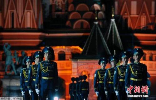 图为2009年9月4日,俄罗斯莫斯科红场,哈萨克斯坦仪仗队列队参加军乐节预演。
