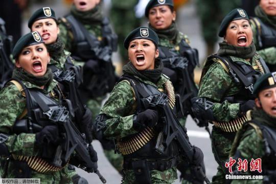 图为当地时间2014年9月16日,墨西哥首都墨西哥城,墨西哥举行盛大阅兵庆祝独立204周年。