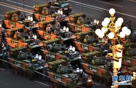 9月3日,中国人民抗日战争暨世界反法西斯战争胜利70周年纪念大会将在北京隆重举行。这是空降兵战车方队在做准备。 新华社记者 赵颖全 摄