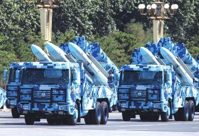 反舰导弹方队接受检阅。