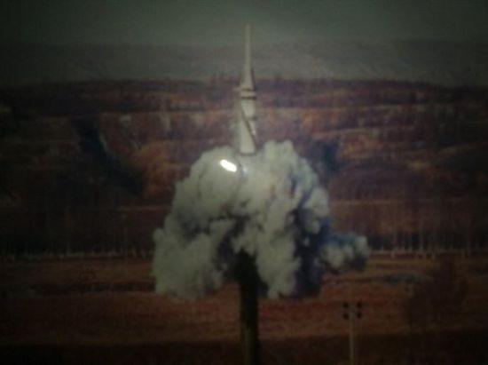 在2014年1月12日网上流传疑似东风21D反舰弹道导弹试射照片,从画面上该弹的弹头比较尖,可能是末端制导和机动的需要。