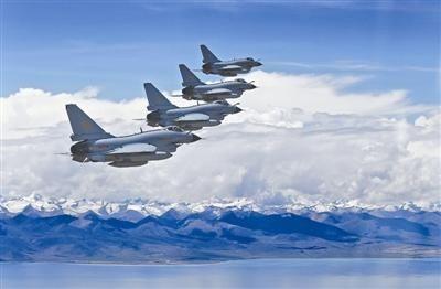 歼-10战机在雪域高原完成常态化巡查。 刘应华摄